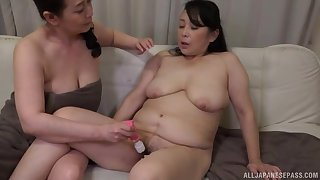 Big Japanese chicks drop their towels to have lesbian sex