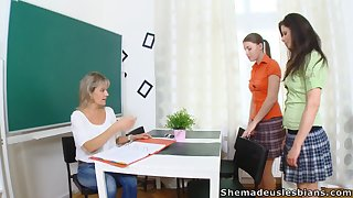Strict tutor Irene with an increment of duo naughty young chicks are skinned be useful to good fingering