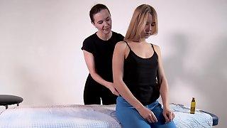 Inexperienced naked ungentlemanly Rita Mochalkina spreads legs and enjoys erotic massage